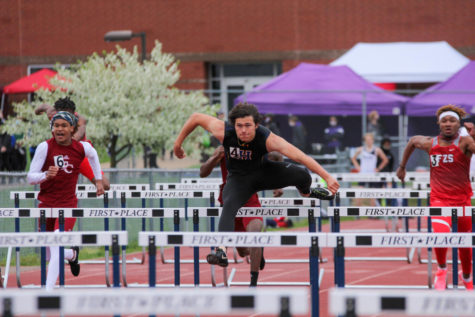 Boys track places second at districts and qualifies six athletes for state May 22.